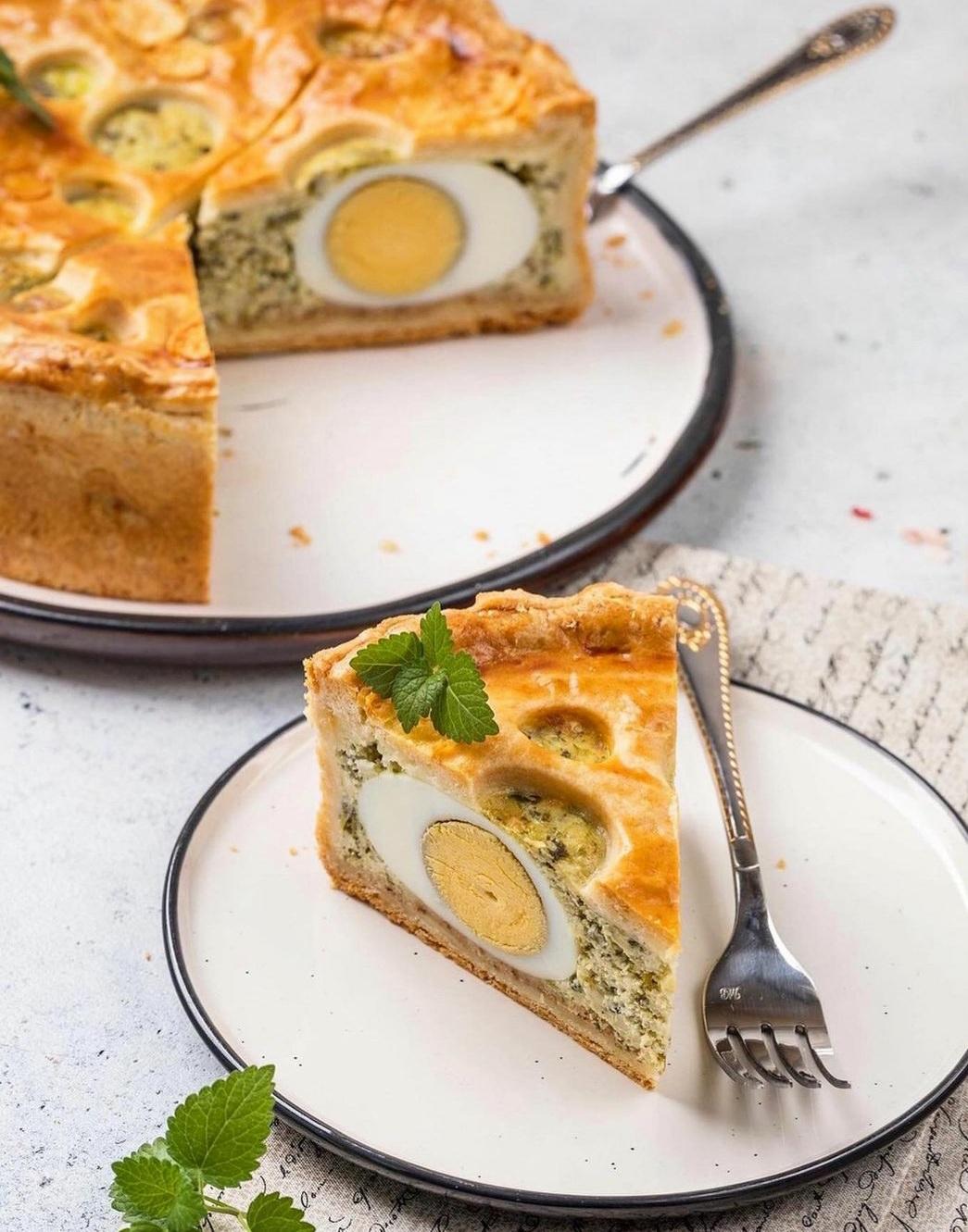 Нереально смачний та красивий пиріг з сиром, шпинатом і яйцями. Рецепт проситимуть всі, хто спробує!