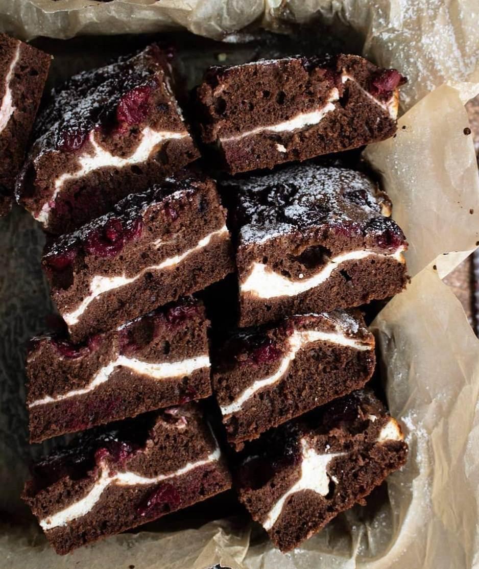 Рецепт смачного шоколадного пирога, з сиром та вишнею.