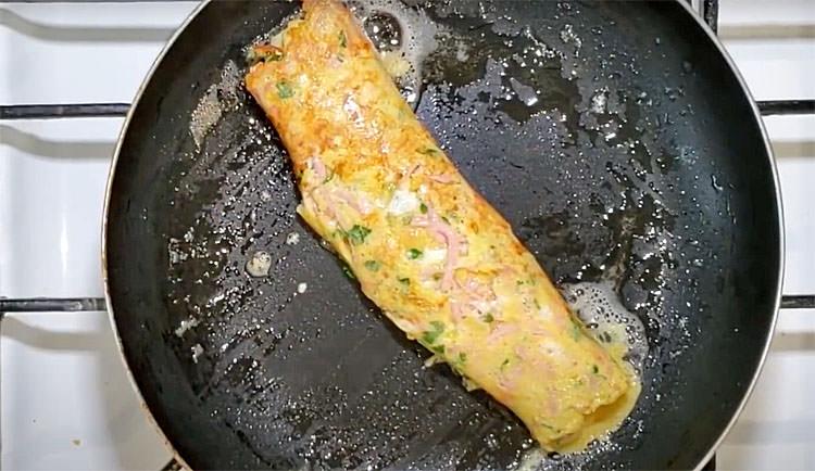 Робимо омлет в 2 рази ситнішим: додаємо до яєць ложку манки