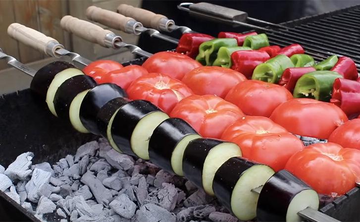 Салат став смачніше шашлика: смажимо на мангалі м'ясо та овочі, а потім змішуємо разом