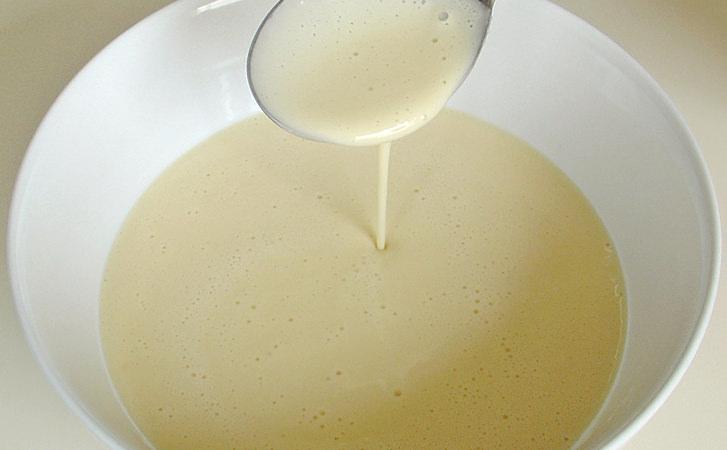 """Знаменитий пиріг """"3 банана"""": готуємо без яєць і масла. Просто заливаємо тісто поверх фруктів"""