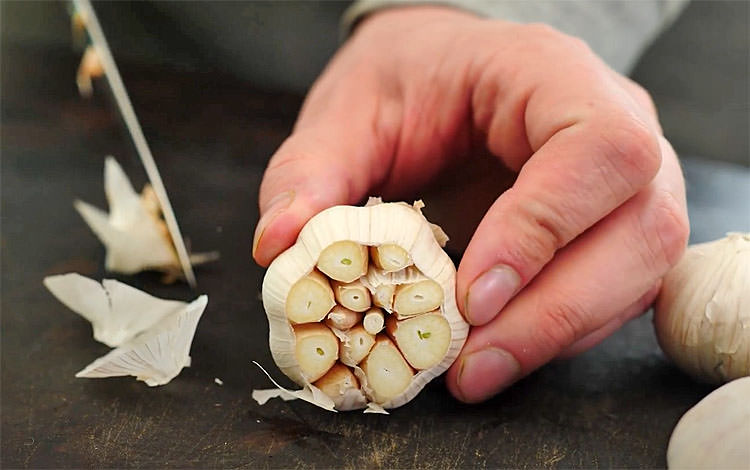 Часник на мангалі. Кладемо часник на мангал і перетворюємо в ідеальну закуску.