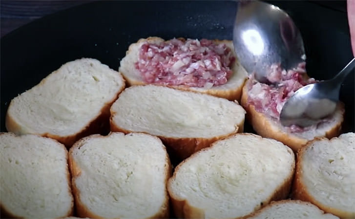 Кладемо фарш на звичайний хліб і отримуємо соковитий м'ясний пиріг без клопоту з тістом