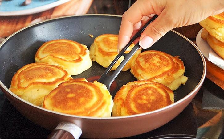 Яблучні оладки перетворюються на справжні пончики за час смаження. Всередині суцільна начинка
