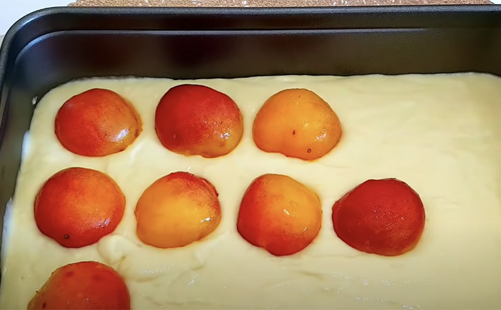 Готуємо шарлотку не з яблуками, а з абрикосами. Виходить набагато ніжніше і робиться простіше