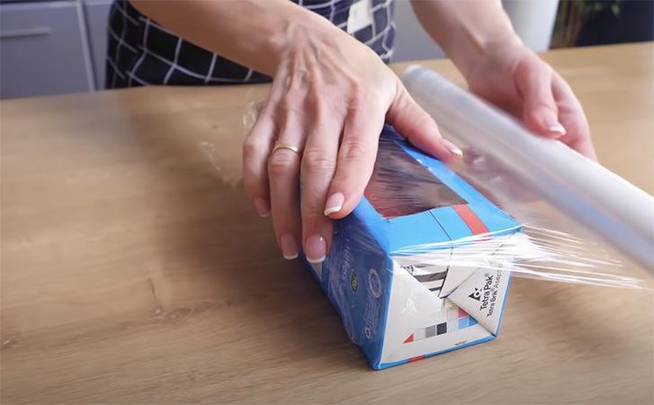 Робимо кремовий десерт в пакеті з-під молока: кладемо йогурт з полуницею і заморожуємо