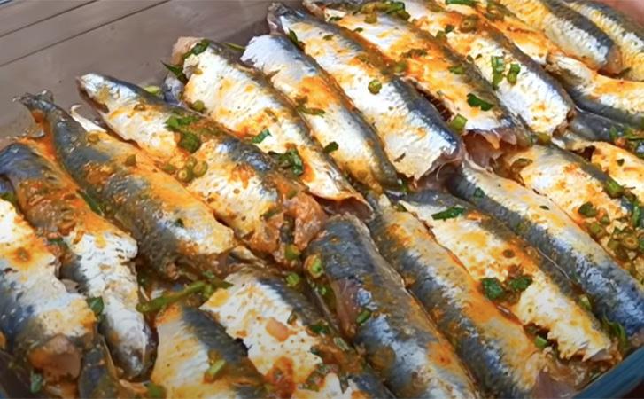 Сусідка показала, як залишити весь сік в будь-який рибі. Робить сардини, але підходить для карася