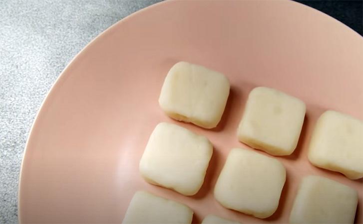 Виливаємо молоко на сковороду і цукерки майже готові. Рецепт прямо з дорогої кондитерської