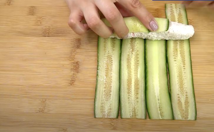 Перетворюємо крабовий салат в справжні роли. Замість рису використовуємо огірок
