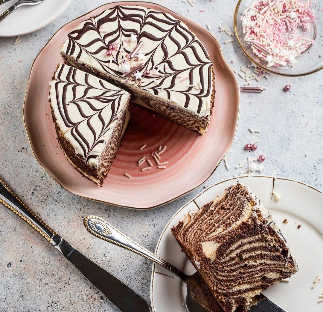 """Бісквітний пиріг """"Зебра спонж-кейк"""" здивує своїм смаком та красою кожного хто його спробує."""