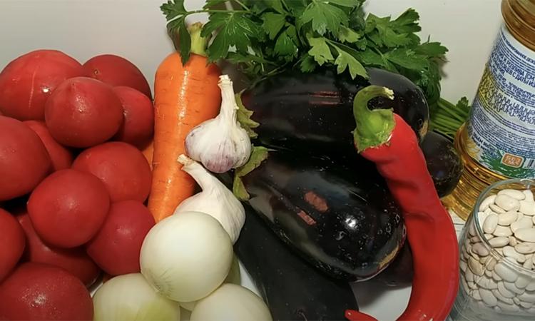 «Царський» салат на зиму. Закручуємо з баклажанів і квасолі: виходить дуже смачно і ситно