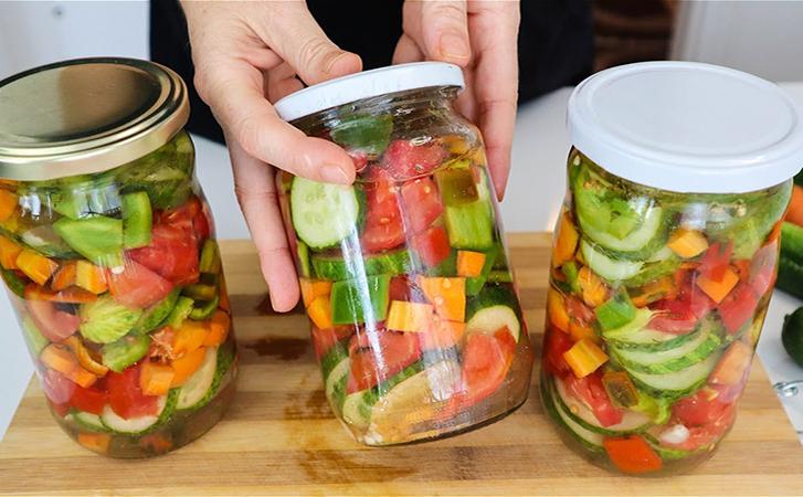 Ріжемо літній овочевий салат, а потім закриваємо в банку без зайвого маринаду. Взимку зберігається весь смак і хрускіт