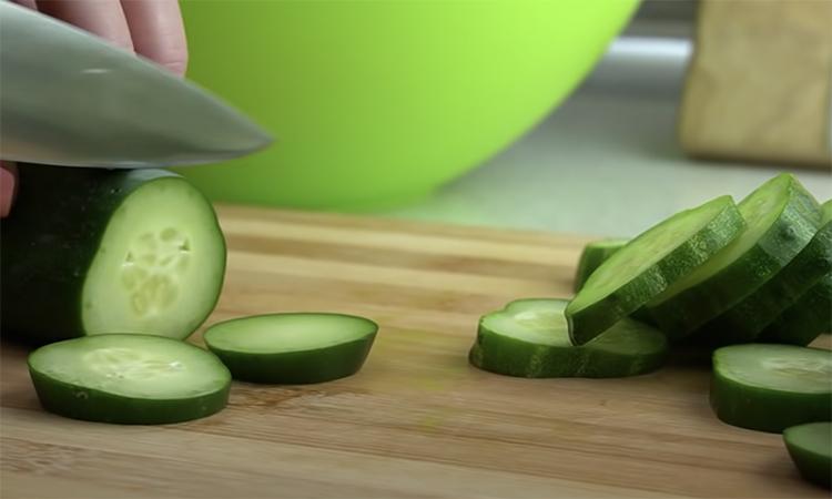 Взимку замінює і соління, і салати. Замість консервування цілком, закриваємо огірки нарізані з цибулею.