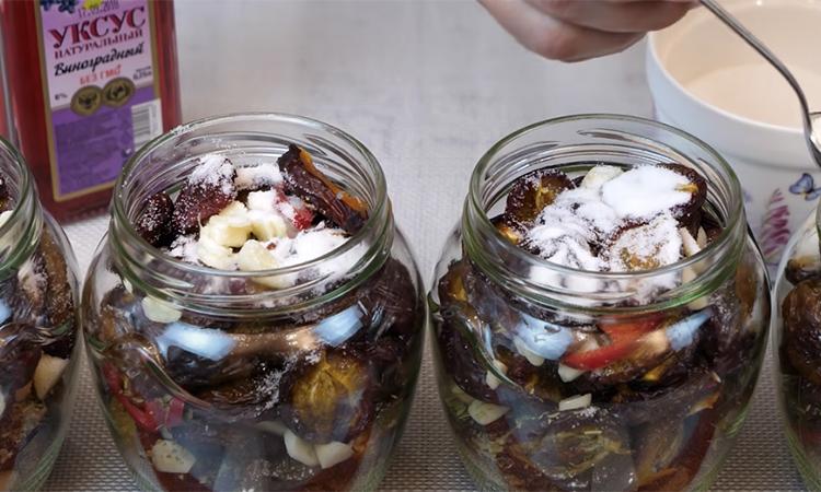 Сливи мариновані на зиму. Слива може бути не тільки компотом, а й солінням, яке їдять як огірки.