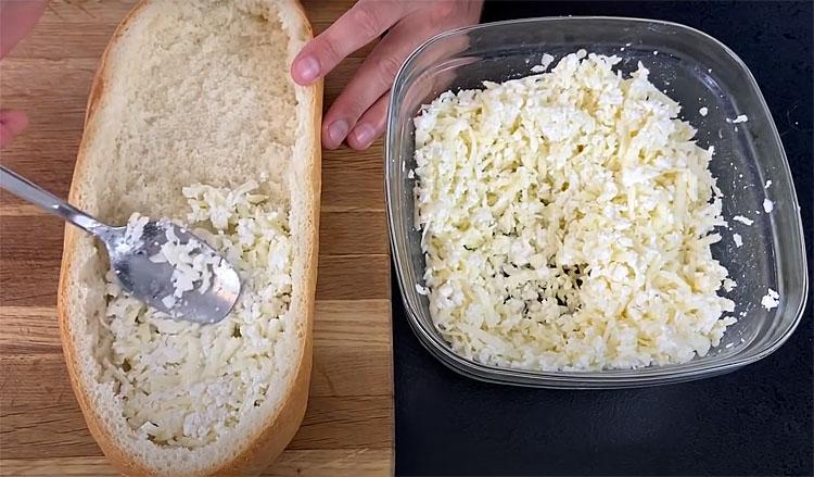 Беремо половину батона і використовуємо замість тіста для хачапурі. Кладемо в середину начинку і ставимо в духовку