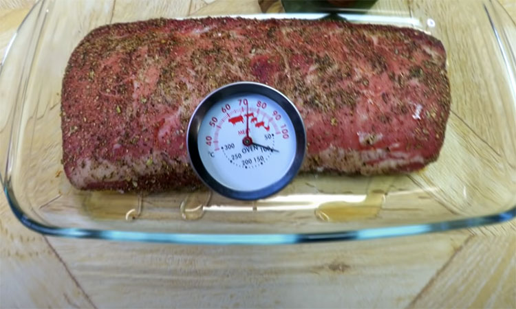 Домашня шинка. Перетворюємо кілограм свинини в справжню рожеву шинку. Спочатку маринуємо сіллю, а потім повільно доводимо в духовці