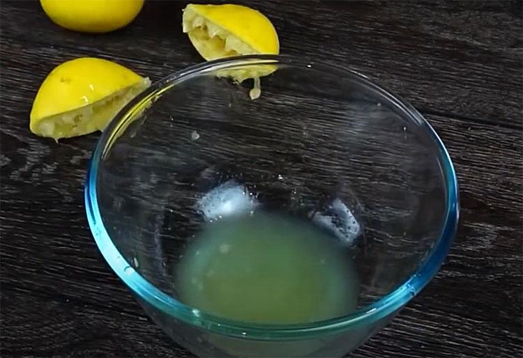 Гріємо вершки, додаємо лимон і за 4 хвилини отримуємо сир маскарпоне. Обходимося без сироватки і закваски