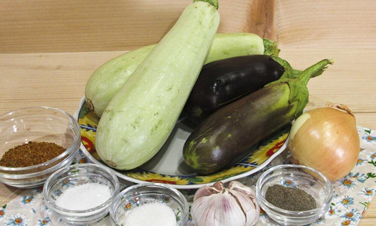 Закриваємо кабачки і баклажани з шашличним маринадом. Коли відкриємо, овочі придбають смак м'яса на вугіллі