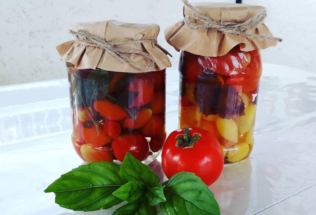 Помідори чері з базиліком на зиму: дуже смачний і ароматний рецепт.